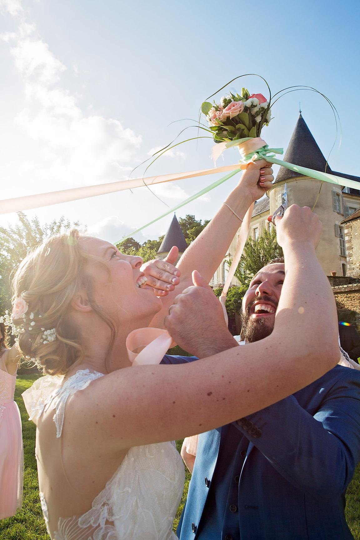 Photographe de mariage à Châteaudun: le jeu du ruban une alternative au lancer de bouquet (par Aurélie Coquan photographe)