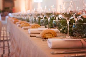 Mariage bohème : la décoration des tables rectangulaires. | Photographe de mariage à Châteaudun : www.aureliecoquan.fr