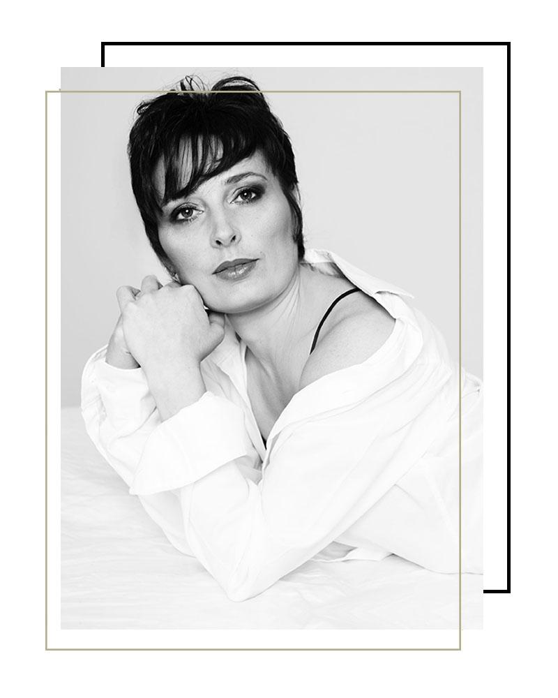 témoignage photographe Châteaudun : portrait de femme noir et blanc, sexy, femme allongée dans un lit