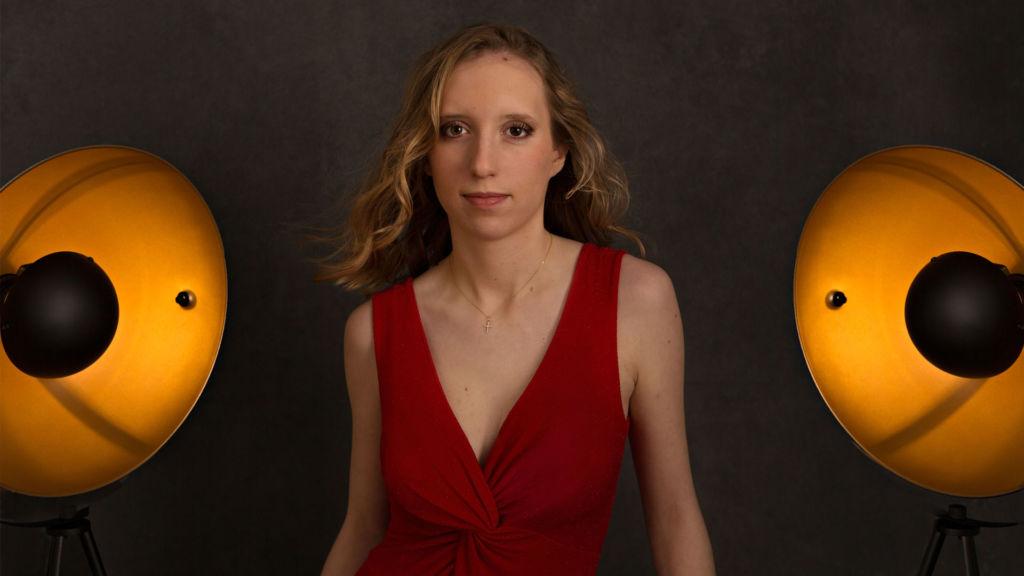 séance photo Hollywood à Châteaudun: robe rouge et lumière de cinéma | www.aureliecoquan.fr