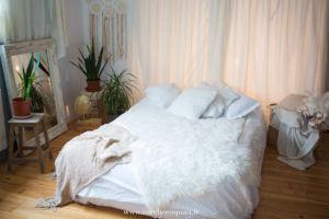 studio photo pour séance photo boudoir cocooning et sexy : chambre romantique blanche | www.aureliecoquan.fr