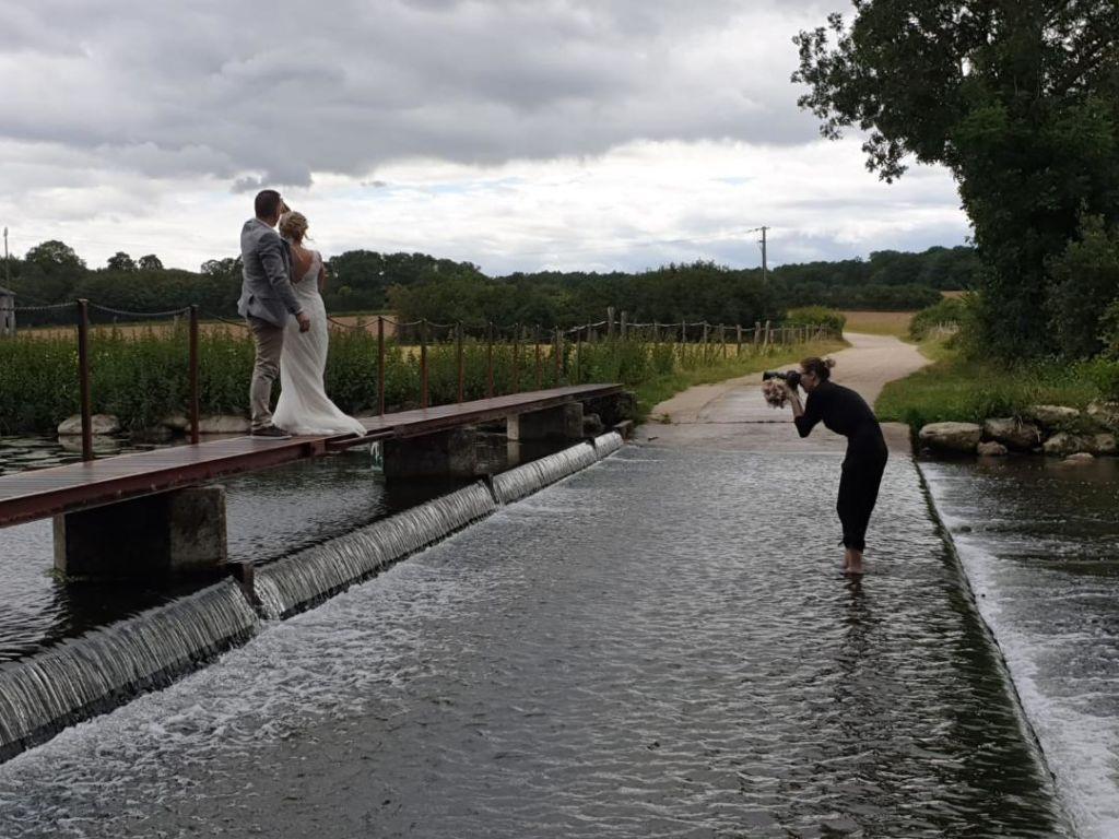photographe-mariage-bonneval-dans-l-eau-avec-ses-maries