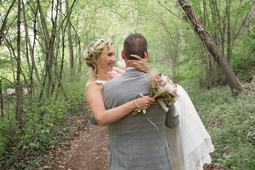 Photographe de mariage, Aurélie Coquan a réalisé les photos de couple de Karine & Nicolas dans la forêt à proximité de leur domicile ! | www.aureliecoquan.fr